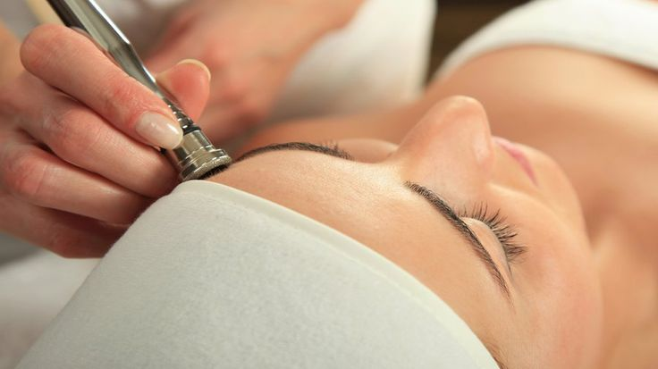 The Secret to a Red Carpet Glow? 3 Facials in 1: Danish cosmetician Ole Henrikse...