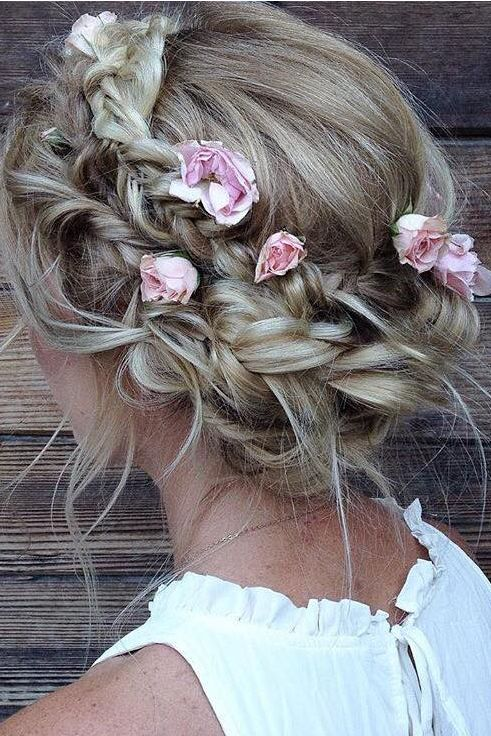 The perfect boho updo with flowers ♥ Hair by @heidimariegarrett on Emma Dearme...
