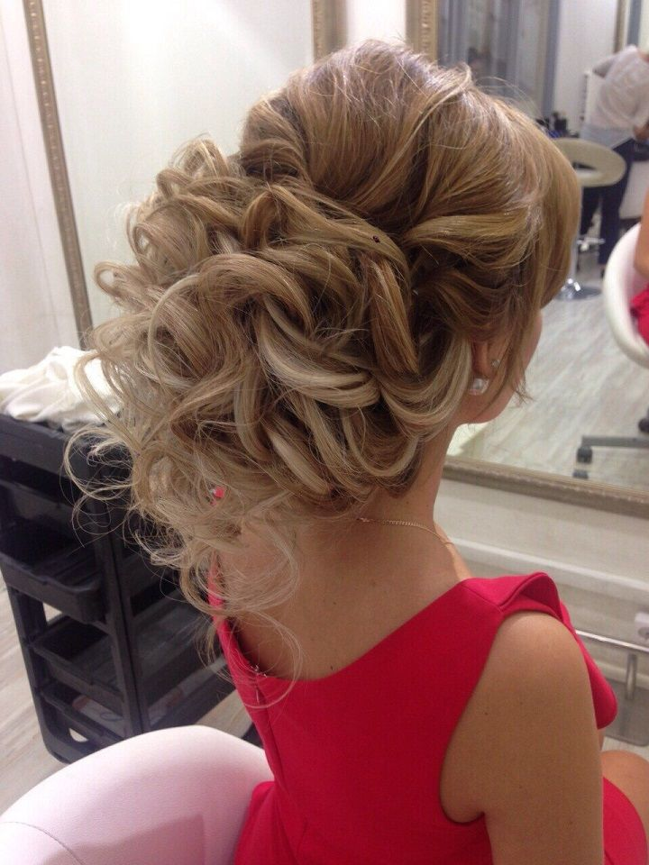 This bridal updo hairstyle perfect for any wedding venue - Beautiful wedding hai...