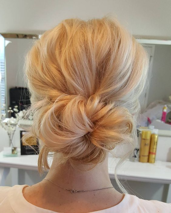 simple wedding bun updo hairstyle / www.himisspuff.co...