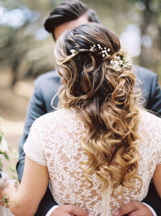 Pretty floral accented wedding hairstyle - Deer Pearl Flowers / www.deerpearlflo...