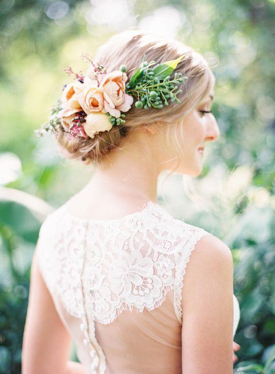 Summer floral accented bridal hairstyle - Deer Pearl Flowers / www.deerpearlflow...