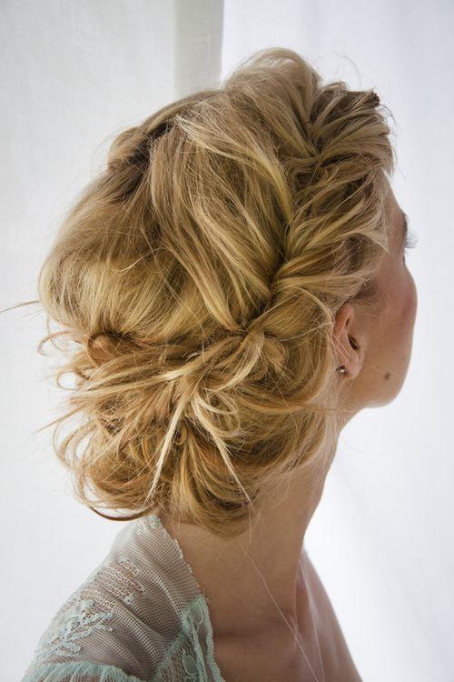simple messy wedding hairstyle updo - Deer Pearl Flowers / www.deerpearlflow...