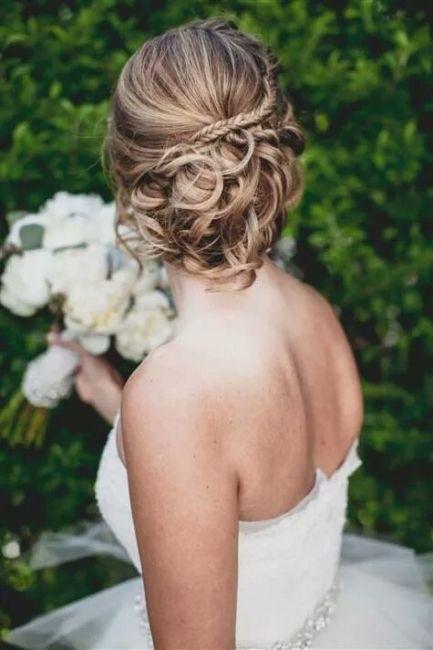 Hairstyle - Tresses : Tresse + chignon flou. A tester sur cheveux bouclé et épais - Beauty ...