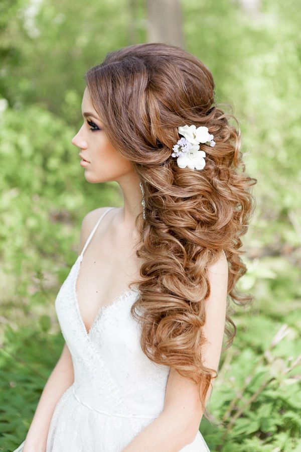 messy long curly wedding hairstyle / www.deerpearlflow...