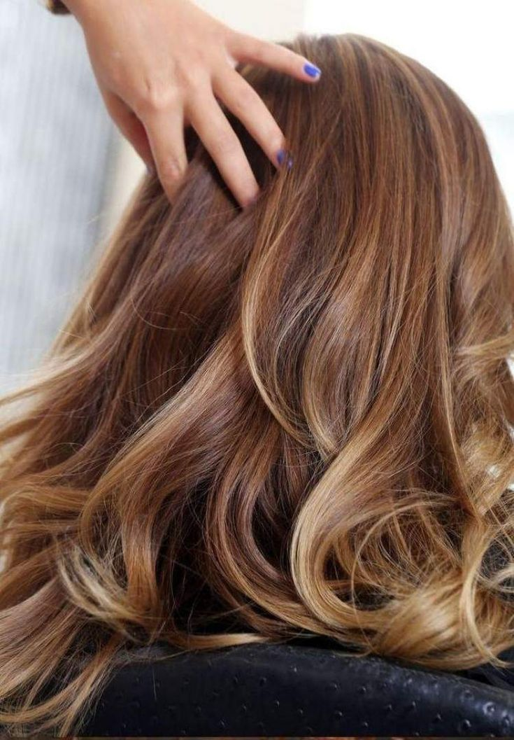 cheveux couleur caramel avec des mèches blondes subtiles