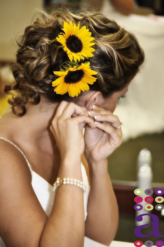 sunflower head wreath wedding hairstyle / www.himisspuff.co...
