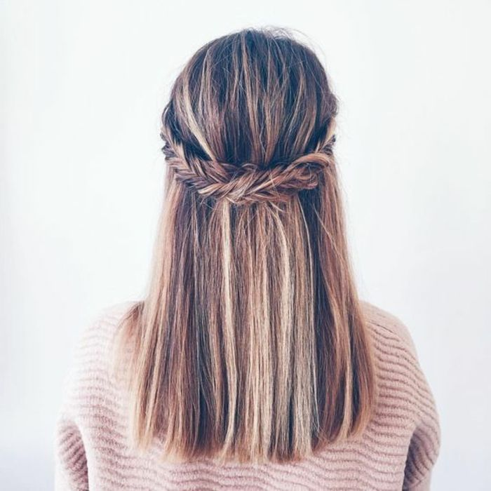 une couronne de tresse en épi qui réunit les mèches de devant, cheveux lisses...