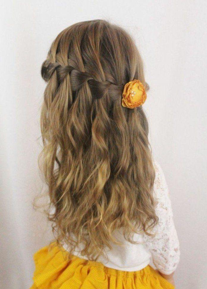 tresse-en-cascade-et-cheveux-legerement-ondules-coiffure-petite-fille-mariage-co...